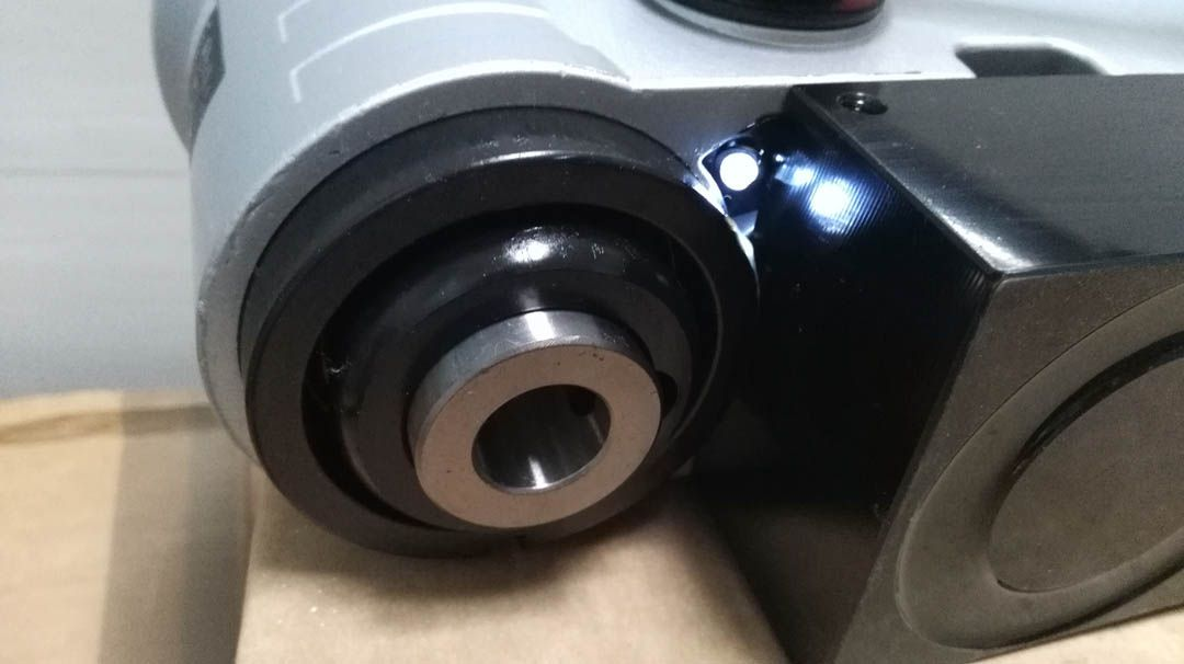 PMD3530 có đèn làm việc để làm việc ở nới thiếu ánh sáng