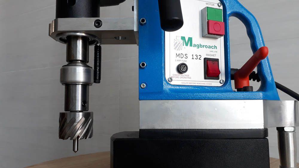 Sử dụng mũi khoan từ máy khoan từ MDS132